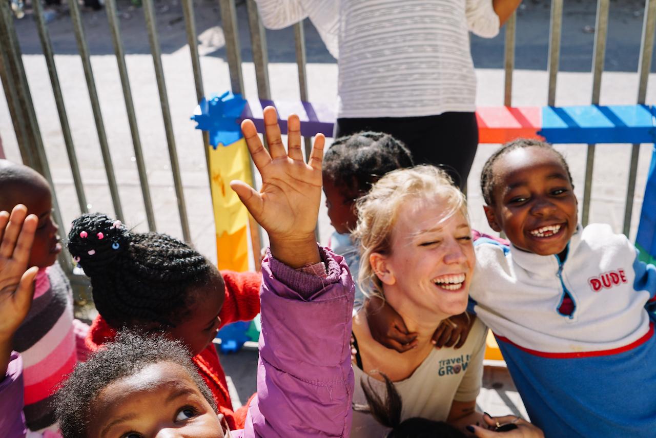 Unterrichte und betreue Kinder in der Kita oder Vorschule in einem Township bei Kapstadt
